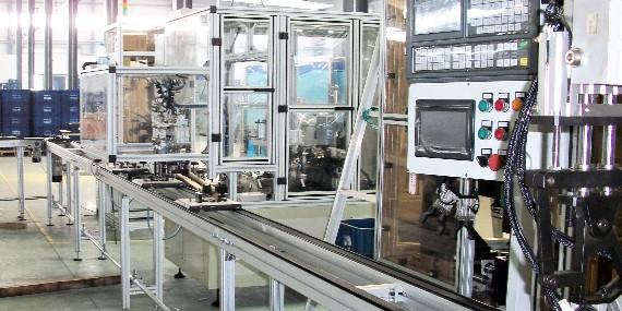 少量工人配合南京翰廷自动化流水线打造现代化工业生产体系
